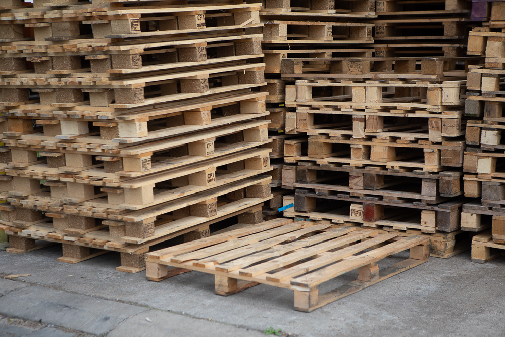 Refinishing and drying of wooden pallets